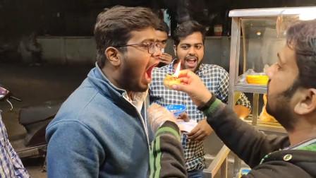 """印度街边""""烫嘴小吃"""",老板点燃火焰直接往嘴里塞,真是太刺激了"""