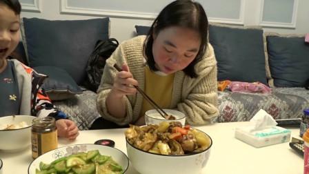 胖旭第一次做咖喱鸡块,拌米饭吃还不错,胖儿子又开始要吃的了