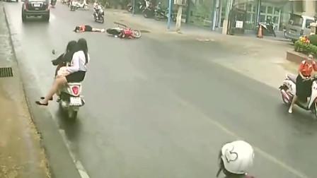监控车祸:美女为躲避车辆,不慎被撞倒在地上!