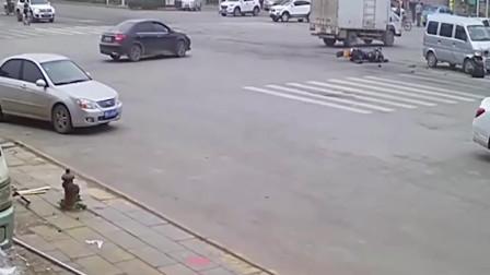 监控车祸:一头撞上面包车两眼直发愣!