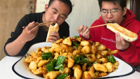 2块鸡肉1把辣椒农村小伙做辣子鸡丁,一口肉一口馍,烤馍唰唰地吃