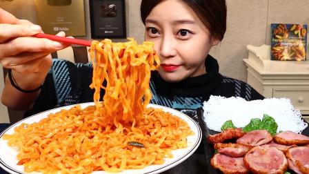这次韩国美女吃嗨了!鸭肉搭配拌面一口吃下,嘴里塞得满满当当
