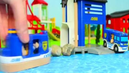 罪犯跳到河里逃走了,警察开着警车和轮船配合抓捕罪犯