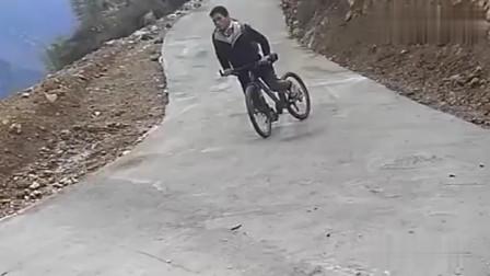 """河南大叔骑自行车过弯""""神操作""""看呆了我!"""