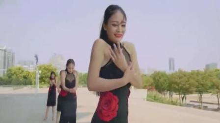 旗袍拉丁舞,右边长发女子跳得最好,柔中带刚舞姿优美!