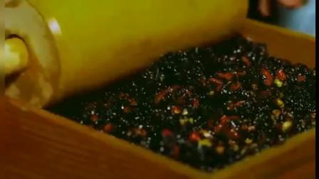 李子柒:李子柒把核桃仁和杏仁炒熟,再用模具定型制作阿胶固元膏