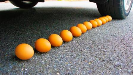 减压实验:牛人把饼干、史莱姆、鸡蛋放在车轮下,好减压,勿模仿