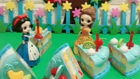 小白雪过生日,白雪公主买了生日蛋糕,不料被贝儿公主拆了