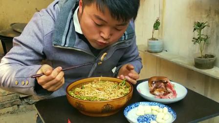 大sao卤猪头吃,一斤焖面当主食,吃生蒜比吃面条还厉害