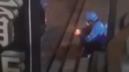 监控:武汉外卖小哥独自一人在街头吃蛋糕过生日,吃着吃着哭了