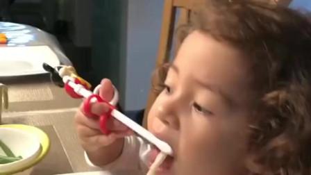 和德国公婆一起吃饭,看看宝宝3岁就会用筷子了,一脸的不敢相信!