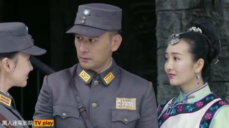 新兵对国军长官的老婆又搂又抱的不肯放手,看的一旁的国军长官脸都绿了,还不敢说什么