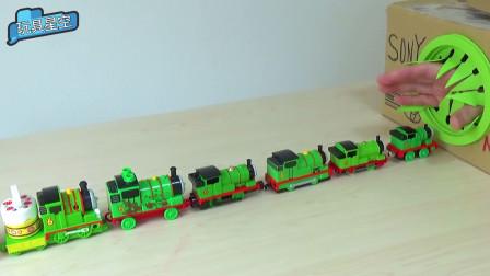 托马斯小火车排队进入山洞,突然一双手伸出来强行拉扯小火车