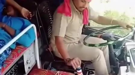 印度大哥一直挂挡却挂不上,智商不高开车能行吗,反正我是不放心!