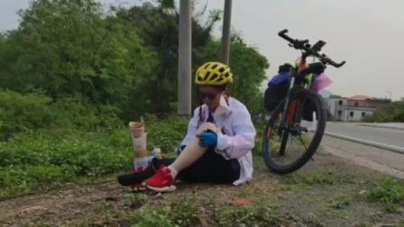 残疾女孩,单腿独自骑行,风雨不曾畏惧