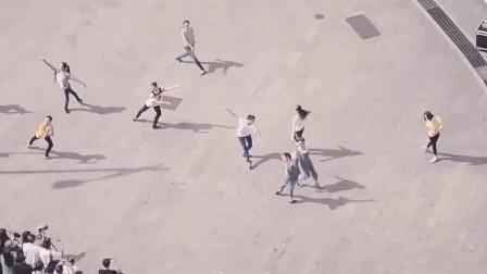 中央芭蕾舞团的演员们,在跳广场舞,跳起来是什么样的?