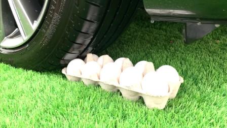 减压实验:牛人把鸡蛋、减压球、方便面放在车轮下,好减压,勿模仿