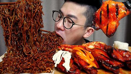 韩国大叔美食分享:黑豆面+鸡腿,一口秒吞只剩骨头,吃相太猛了