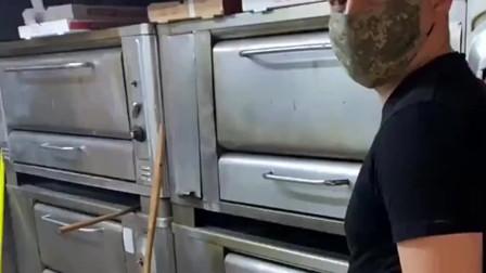 美国开披萨店的老板,疫情期间没有很多客人,烤一个披萨自己吃!