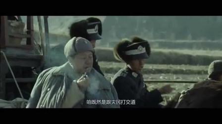 冯小刚导的这段戏很讽刺,灾民饭都没得吃,男子和手下却在惦记当官的事