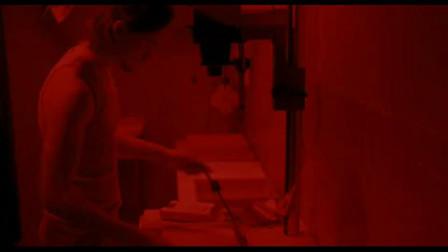 鬼影:小伙细心洗照片,不料竟突然出现诡异女头,心脏差点吓出来!