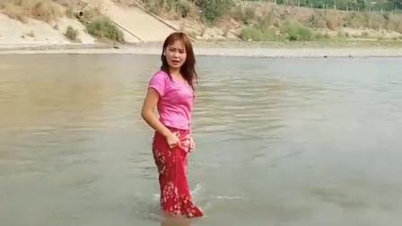 缅甸美女为找男朋友,竟然趟水过河去中国,真是让人感到无语