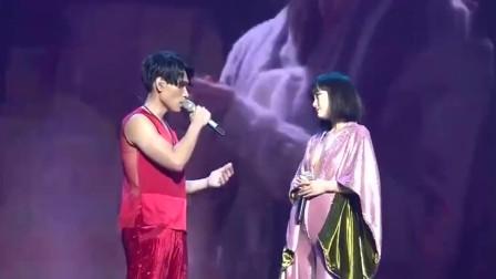面对这么性感的黄龄还能专心唱歌的,估计只有杨宗纬了吧?
