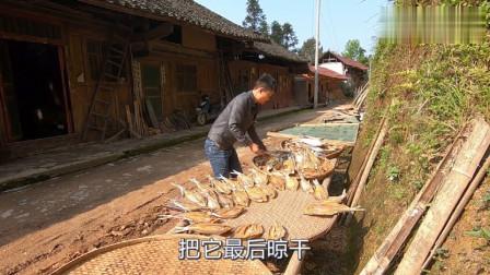 小伙将鱼干拿出来晒,教您正确的晒鱼干技巧和做法,晒好后放家里慢慢吃。