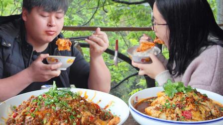 秘制辣椒油调2碗料汁,农村小哥做蒜泥白肉和口水鸡,女朋友吃得超香