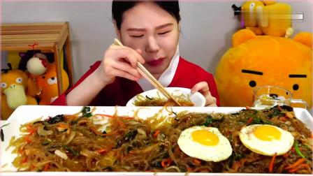 韩国大胃王卡妹,吃炒粉条,配上煎鸡蛋,大口大口地吃,太过瘾了。