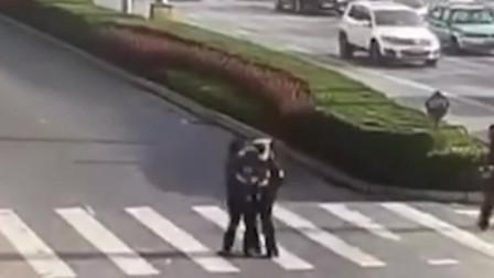 暖心!老人行动不便,艰难过马路 交警帅气上前抱过马路