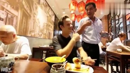 老外在中国:老外吃上海最有名生煎包,尝了下吓懵了,太好吃打满分!