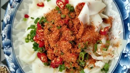 给大家做一个自制美食饺子皮,方法很简单,很好吃哦!