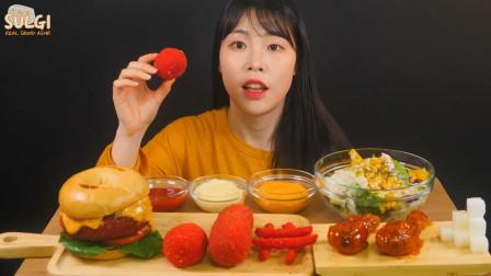 """韩国ASMR吃播:""""芝士热狗汉堡+红色奇多芝士球+薯条+调味炸鸡+水果沙拉"""""""