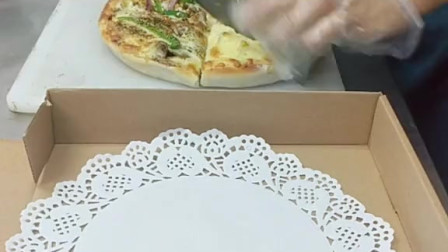 九寸黑椒牛肉,和什锦水果双拼披萨,满足你想吃的两种口味