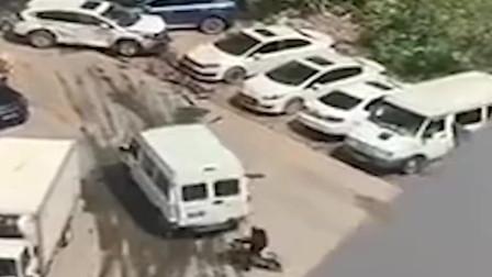停车起纠纷,面包车司机4分钟猛撞对方8下,周围车辆也遭了殃!