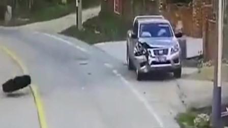 """皮卡车在路边停靠,行驶中货车的轮胎""""从天而降""""小车司机你慌不慌!"""