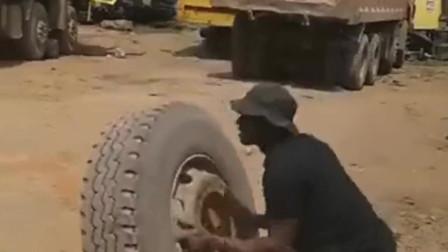 厉害了我的哥,非洲人的力气不是盖的,这可是几百斤的轮胎啊!