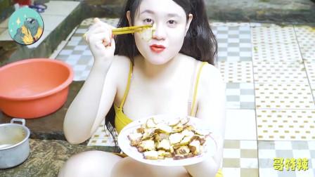 美丽的辣妹在锅中制作培根,来学习一下如何吧白嫩猪肉做成培根吧