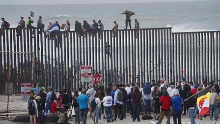 疫情之下,大批美国人在边境却出不去,墨西哥人:好在特朗普盖了墙