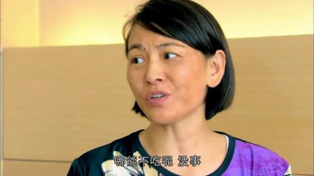 女子第一次包饺子怎料在饭盒里全都黏一起无奈倒了再买一份