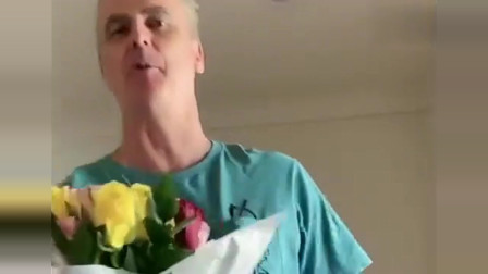 老外在中国:洋女婿搞浪漫送中国杨姐一大束花,看看杨姐什么反应,太搞笑了