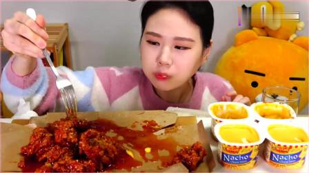 韩国大胃王卡妹,吃辣味炸鸡,搭配芝士酱,大口大口地吃,真馋人。