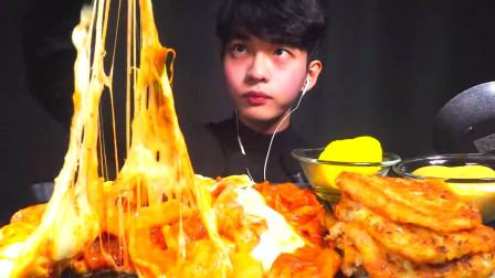 韩国大胃王小哥,试吃芝士大披萨,这拉丝看着就很香!