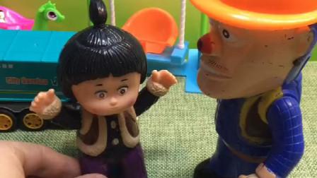嘟嘟想玩捉迷藏光头强陪她一起玩结果嘟嘟藏到了垃圾车里