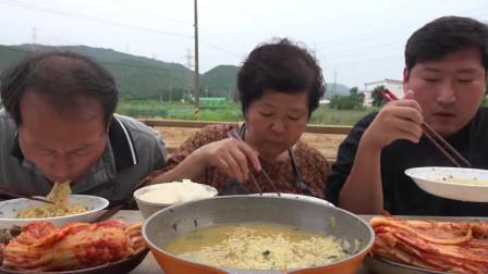 韩国大叔一家吃拉面泡菜,这样吃真的很馋人啊