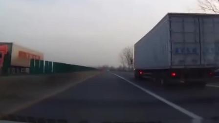 大车突然亮起了双闪,后车司机:感谢您的好心提醒
