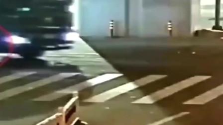 太惊险,浙江监控拍下一工程车右转时辗压电动车,骑车人死里逃生
