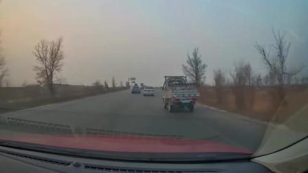 头铁的大货车,你厉害直接拐弯,我怕死您先走,请遵守交通法规
