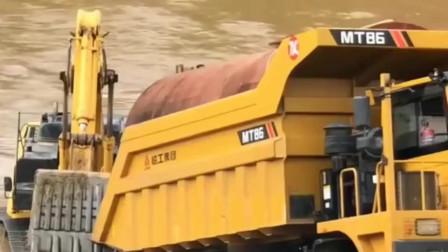 四川卡车过河,挖掘机保驾护航,确保安全过河,施工人员真不容易
